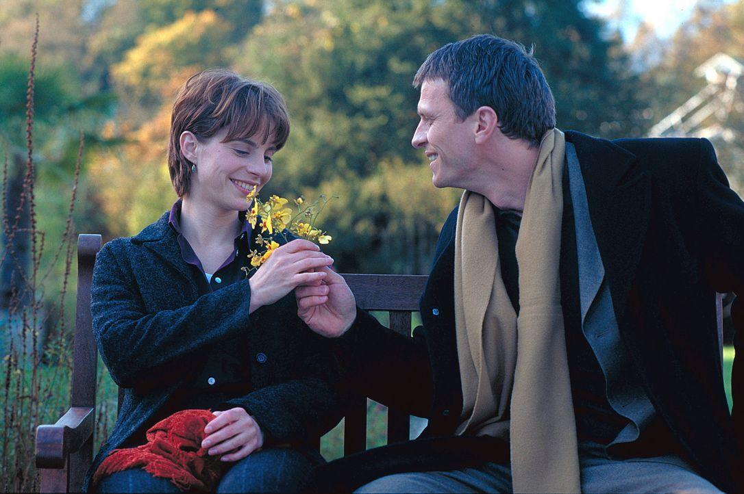Auf der Jagd nach dem unbekannten Verehrer landet Valerie (Julia Jäger, l.) bei ihrem Ex-Freund Rübe (Dirk Heinrichs, r.), der der Heiratsantragsste... - Bildquelle: ProSieben