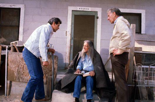 Quincy - Felix Wanaka (Emilio Delgado, l.) und Quincy (Jack Klugman, r.) bitt...