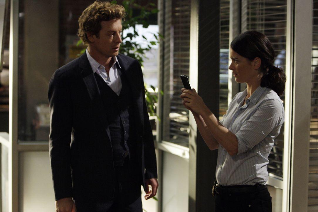 Mentalist Patrick Jane (Simon Baker, l.) erhält eine SMS, in der eine Bombenexplosion angekündigt wird. Er bittet seine Kollegin Teresa (Robin Tunne... - Bildquelle: Warner Bros. Television