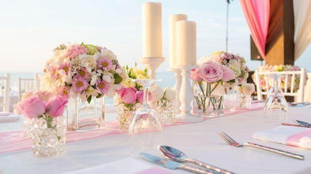 Hochzeitstischdekoration, Deko, rosa Rosen, weiß, Kerzen, Besteck