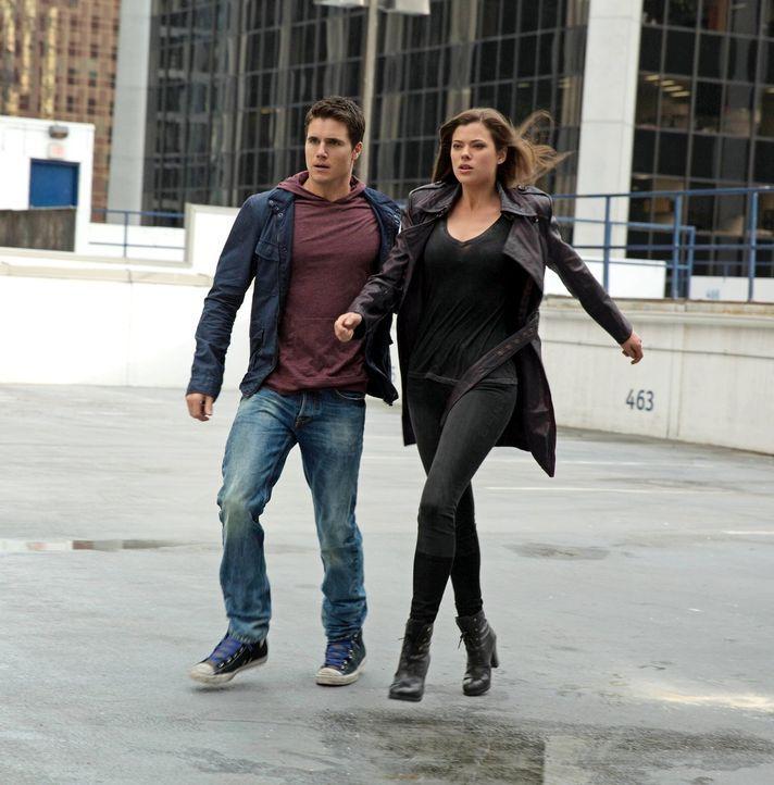 Wie viel Einfluss hat Stephen (Robbie Amell, l.) auf Cara (Peyton List, r.)? - Bildquelle: Warner Bros. Entertainment, Inc