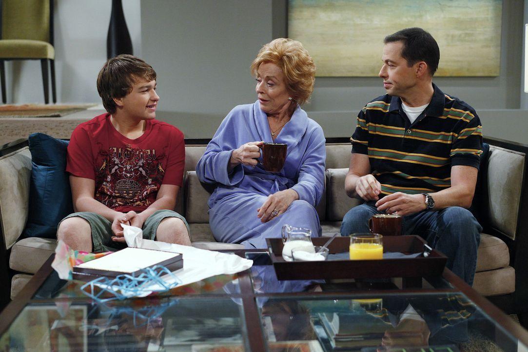 Als Charlie ihm die Tour versaut, rächt sich Jake (Angus T. Jones, l.) mit einer Gemeinheit: Er lädt Evelyn zu einem Geburtstagsessen ein. Um ihre... - Bildquelle: Warner Bros. Television