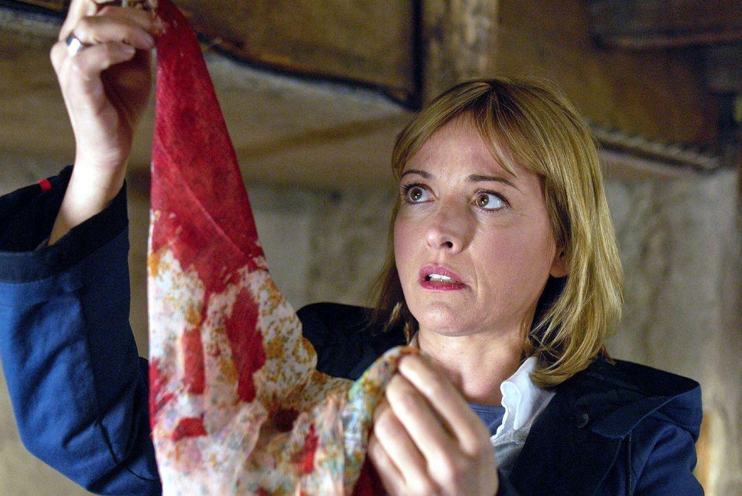 Nadine (Katharina Abt) findet einen blutdurchtränkten Schal und hat eine fürchterliche Vorahnung ... - Bildquelle: Walter Wehner Sat.1