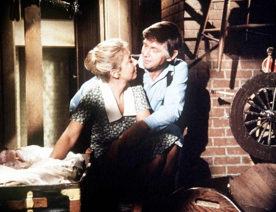 Olivia (Michael Learned, l.) wünscht sich noch ein achtes Kind, auch John (Ralph Waite, r.) hätte gerne noch einmal ein Baby. Ihr Wunsch erfüllt sic... - Bildquelle: WARNER BROS. INTERNATIONAL TELEVISION
