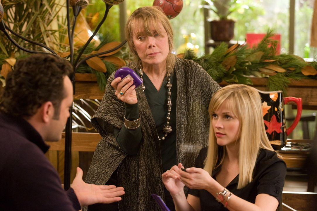 Brads (Vince Vaughn, l.) Mama Paula (Sissy Spacek, M.) ist überglücklich, ihren Sohn mal wieder im Haus zu haben. Doch als Kate (Reese Witherspoon... - Bildquelle: Warner Bros. Television