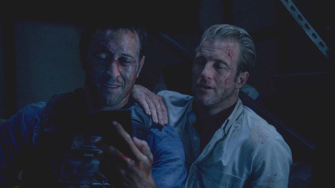 Geraten in einen tödlichen Hinterhalt: Danny (Scott Caan, r.) und Steve (Alex O'Loughlin, l.) ... - Bildquelle: 2013 CBS Broadcasting Inc. All Rights Reserved