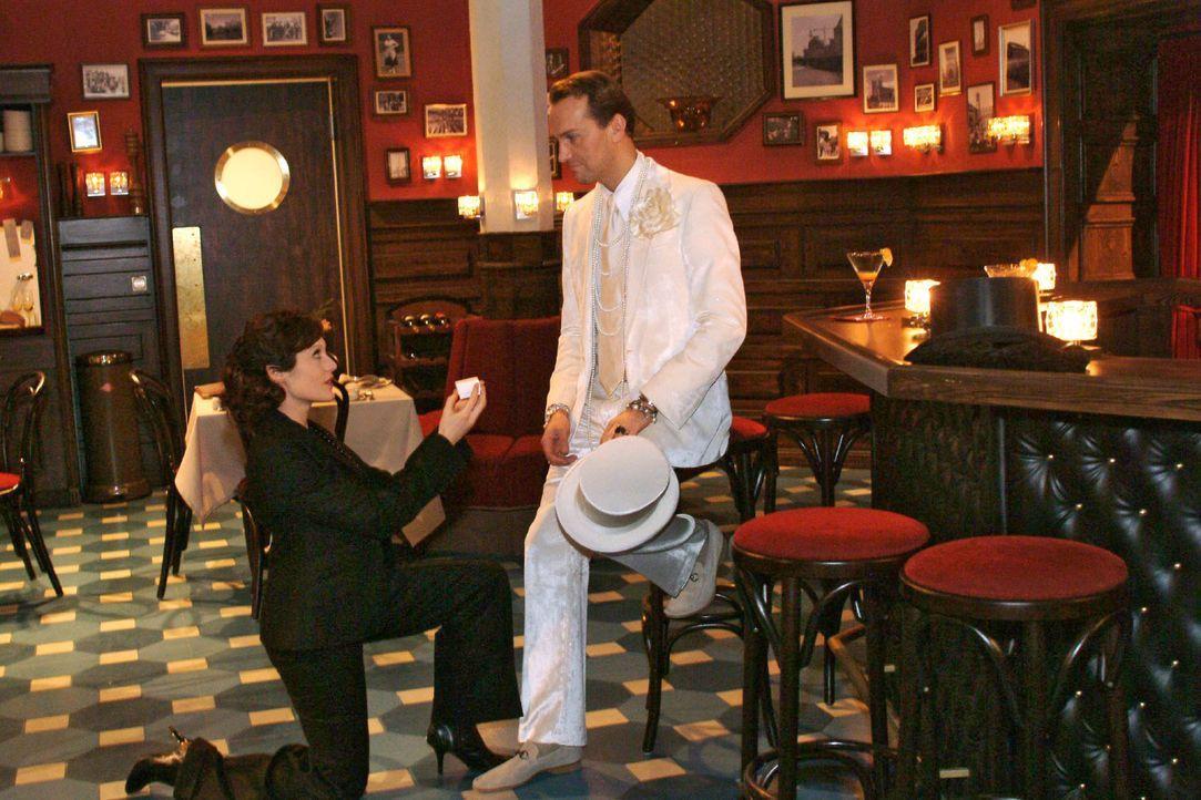 Nach der Aufregung um Sabrina und Richard macht Britta (Susanne Berckhemer, l.) dem aufgewühlten Hugo (Hubertus Regout, r.) spontan einen Heiratsantrag.