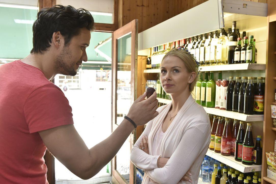 Luisa (Jenny Bach, r.) ist angefressen: Julian will sie in eine Villa an den Starnberger See verschleppen und Sami (Alexander Milo, l.) ignoriert ih... - Bildquelle: Claudius Pflug SAT.1