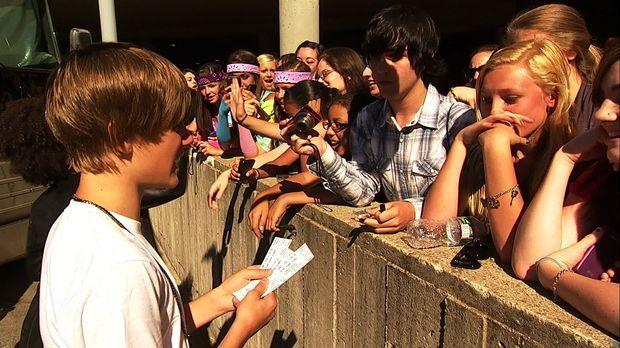 Für ein Autogramm von Justin Bieber (l.) würden viele, meist weiblich, Fans a...