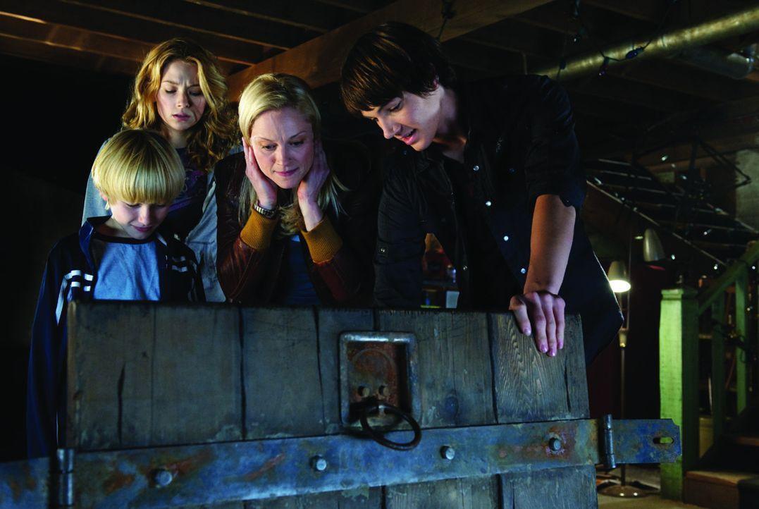 Die alleinerziehende Mutter Susan (Teri Polo, 2.v.r.) zieht mit ihren beiden Söhnen Lucas (Nathan Gamble, l.) und Dane (Chris Massoglia, r.) von Ne... - Bildquelle: 2009 Ed Araquel/Bold FIlms