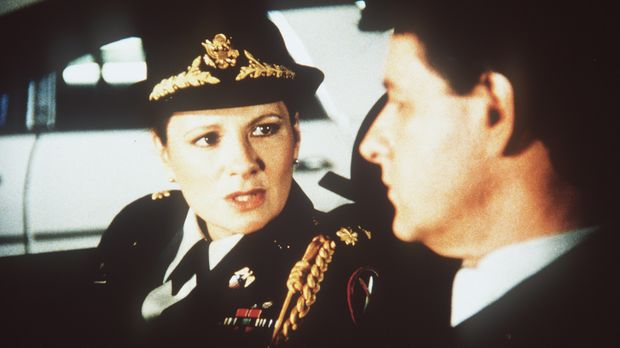 Major Sally McGill (Suzanne Lederer, l.) hat mit ihrem Komplizen Miles Carpen...