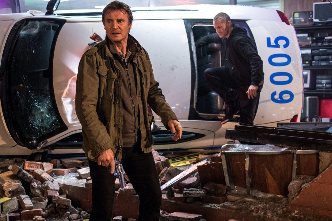 Um seinen unbescholtenen Sohn Mike (Joel Kinnaman, r.) vor der mörderischen Rache des Mafiapaten Shawn Maguire zu beschützen, beschließt Ex-Profikil... - Bildquelle: 2013 Warner Bros.