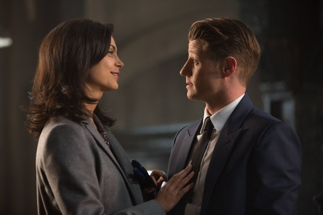 Ahnen noch nicht, was noch auf sie zukommen wird: Gordon (Ben McKenzie, r.) und Leslie (Morena Baccarin, l.) ... - Bildquelle: Warner Brothers