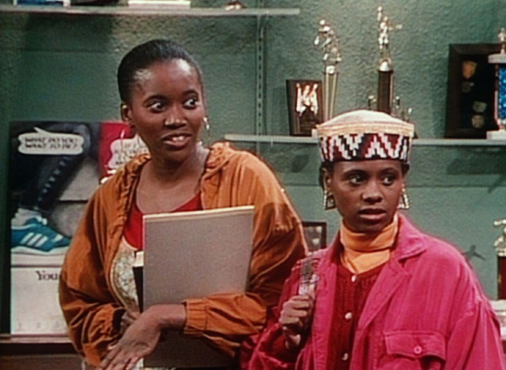 Pam (Erika Alexander, l.) zeigt ihrer Freundin Charmaine (Karen Malina White, r.) den Jungen, auf den sie es abgesehen hat. - Bildquelle: Viacom