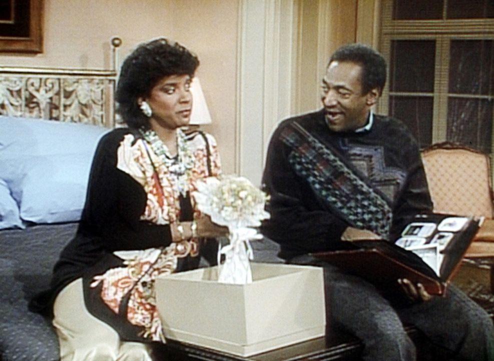 Clair (Phylicia Rashad, l.) stellt Cliffs (Bill Cosby, r.) Gedächtnis auf die Probe. Kann er sich noch an viele Einzelheiten seiner Hochzeit erinne... - Bildquelle: Viacom