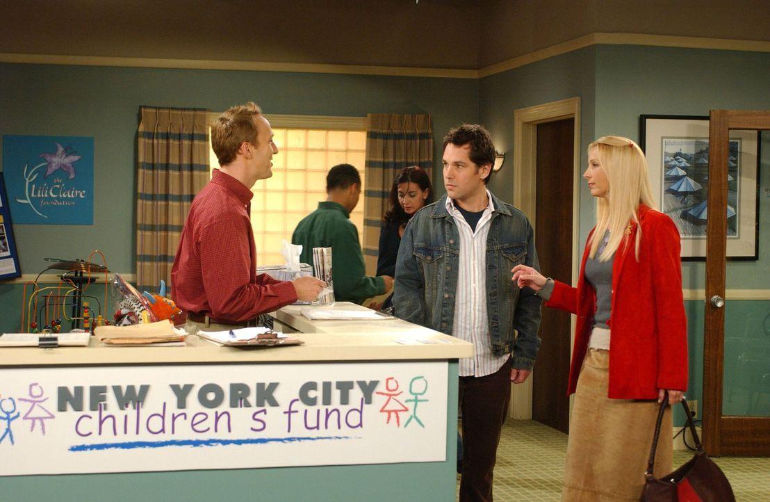Da für Mike (Paul Rudd, r.) und Phoebe (Lisa Kudrow, l.) feststeht, dass sie im kleinen Kreis heiraten wollen, beschließen sie, das so eingesparte G... - Bildquelle: 2003 Warner Brothers International Television