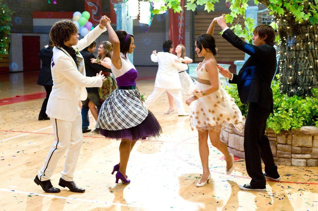 Bereiten sich auf ihr neues Musical vor: die Freunde (v.l.n.r.) Ryan (Lucas Grabeel), Monique (Monique Coleman), Gabriella (Vanessa Anne Hudgens) un... - Bildquelle: Disney Enterprises, Inc.  All rights reserved.