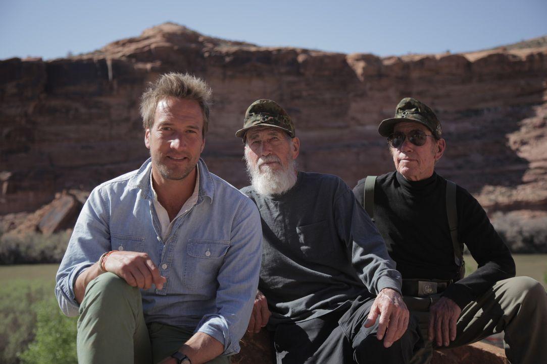 Abenteurer Ben Fogle (l.) trifft die Zwillingsbrüder Bill (M.) und Bob (r.), die seit über 20 Jahren in der Wildnis Colorados leben. Die beiden ehem... - Bildquelle: Renegade Pictures