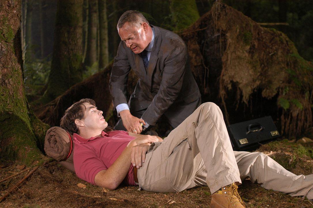 Noch ahnt Doc Martin (Martin Clunes, r.) nicht, ob Bräutigam Mark (Stewart Wright, l.) wirklich erkrankt ist oder nur Panik vor der Hochzeit hat ... - Bildquelle: BUFFALO PICTURES/ITV