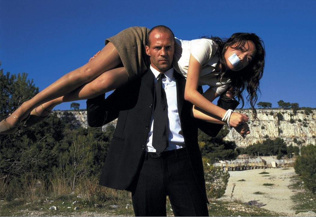 """Frank Martin (Jason Statham, l.), """"der Transporteur"""", mit seiner Fracht: Lai (Qi Shu, r.) ... - Bildquelle: Twentieth Century Fox Film Corporation"""