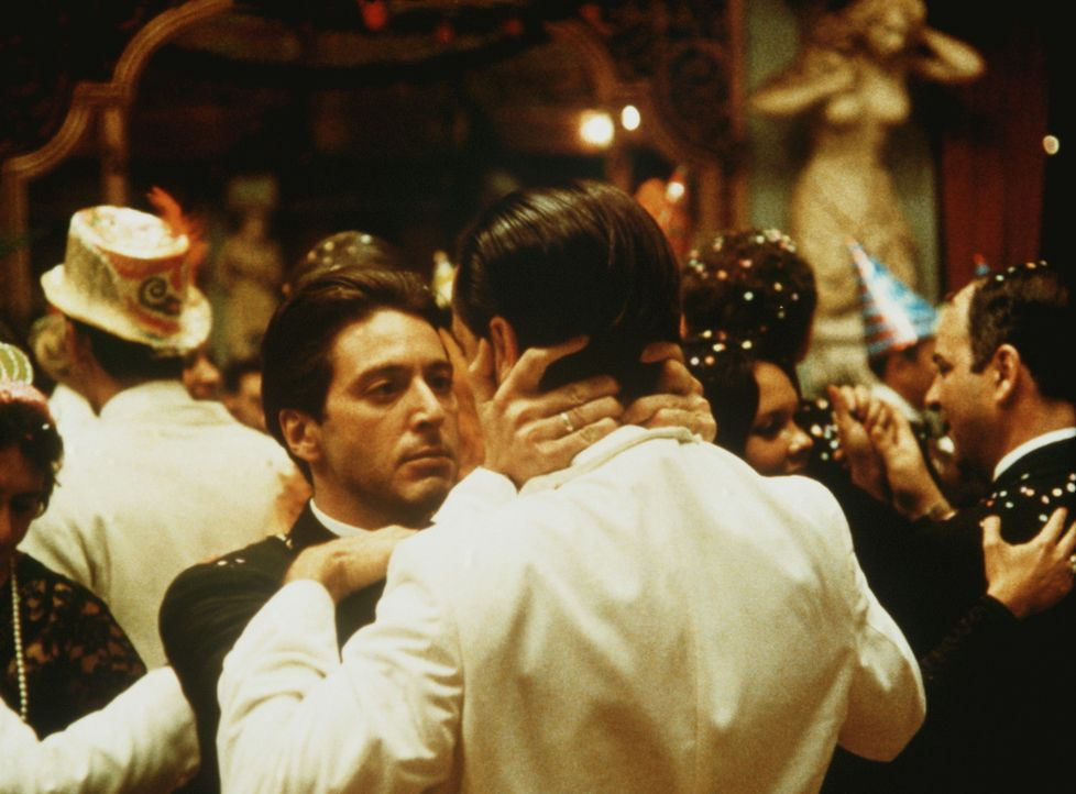 Michael Corleone (Al Pacino, vorne l.) kennt bei seinen Gegnern keine Gnade selbst dann nicht, wenn das eigene Blut in ihren Adern fließt... - Bildquelle: Paramount Pictures