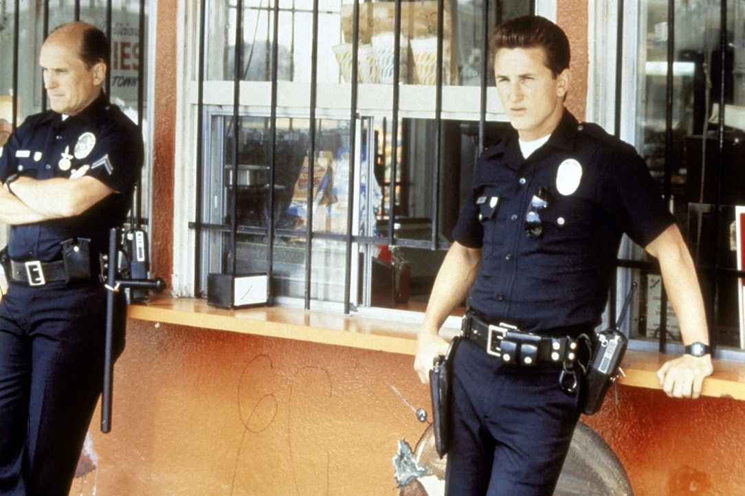 Der junge, aggressive Cop Danny McGavin (Sean Penn, r.) glaubt noch an die Macht der Polizei. Routinier Bob Hodges (Robert Duvall, l.) dagegen weiß... - Bildquelle: Orion Pictures Corporation