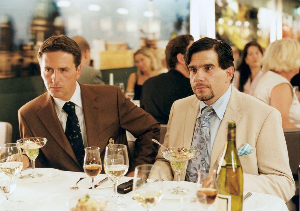 Nicholas' Geschäftspartner Miguel (Bruno Cathomas, r.) und dessen Anwalt (Matthias Unger, l.) sind sehr beeindruckt von Stella ... - Bildquelle: Wolfgang Meier Sat.1