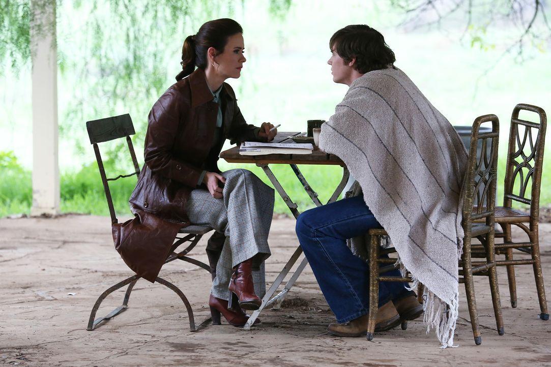Auch Kit (Evan Peters, r.) ist nicht entgangen, dass es Lana (Sarah Paulson, l.) gelungen ist, die Schließung von Briarcliff zu veranlassen ... - Bildquelle: 2012-2013 Twentieth Century Fox Film Corporation. All rights reserved.