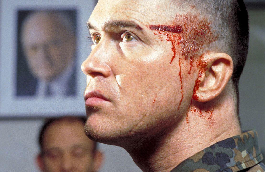Nachdem Leutnant Joers (Uwe Bohm) scheinbar von einem Mitglied seiner Einheit angeschossen wird, macht er sich auf die Jagd nach dem Schuldigen ... - Bildquelle: Jiri Hanzl ProSieben