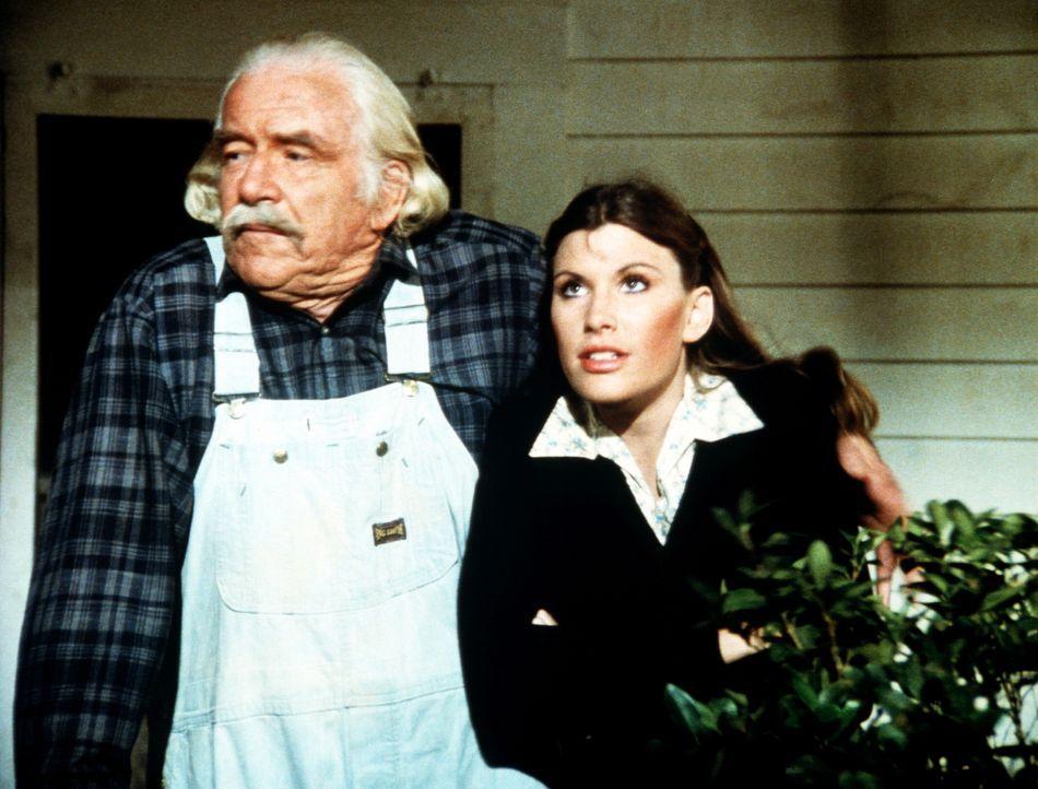 Ein Sturm tobt. Großvater Sam (Will Geer, l.) und seine Enkelin Mary Ellen (Judy Norton-Taylor, r.) sehen sich das Naturereignis aus der Nähe an ... - Bildquelle: WARNER BROS. INTERNATIONAL TELEVISION