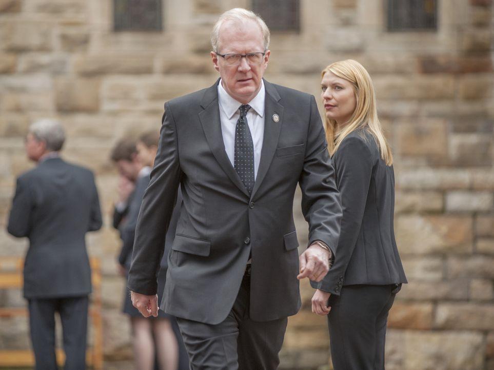 Eine offizielle Anfrage bringt Carrie (Claire Danes, r.) zurück in die Staaten, wo sie einem Geheimnis von CIA-Chef Lockhart (Tracy Letts, vorne) au... - Bildquelle: 2014 Twentieth Century Fox Film Corporation