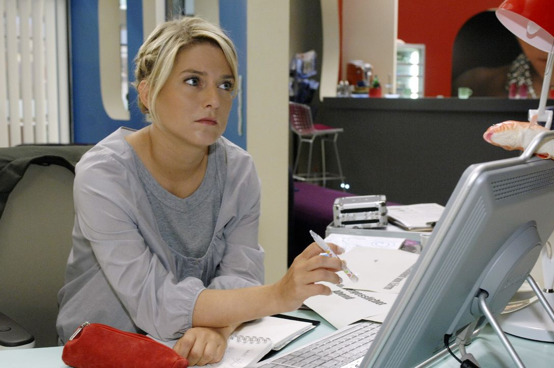 Anna (Jeanette Biedermann) macht an die Arbeit - sie kann endlich sich und ihre Fähigkeiten unter Beweis stellen. - Bildquelle: Oliver Ziebe Sat.1