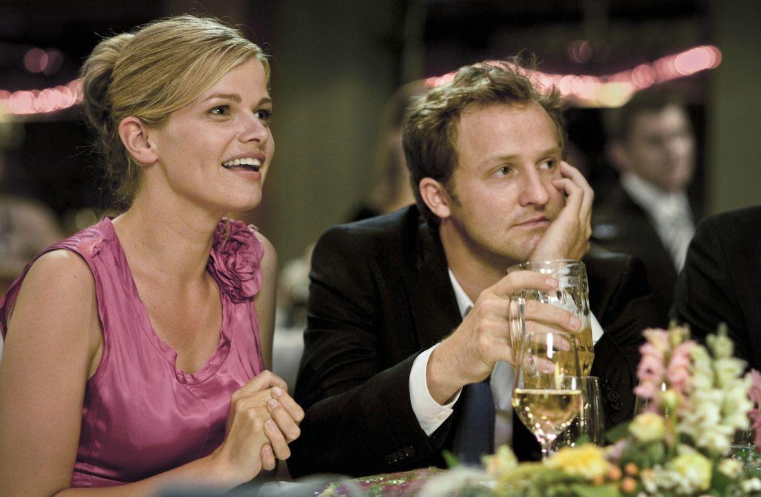 Während seine Freundin Biene (Mira Bartuschek , l.) fleißig Zukunftspläne schmiedet, ist Pitschi (Maximilian Brückner, r.) mit seinem Leben denk... - Bildquelle: Sony Pictures Television Inc. All Rights Reserved.