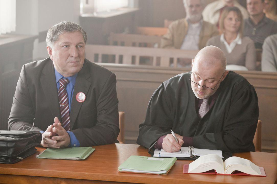 Bei einem neuen Fall, nimmt es Danni mit dem Oberbürgermeister von Köln, Herrn Schade (Veit Stübner, l.) und seinem Anwalt (Conrad Geier, r.) auf... - Bildquelle: SAT.1