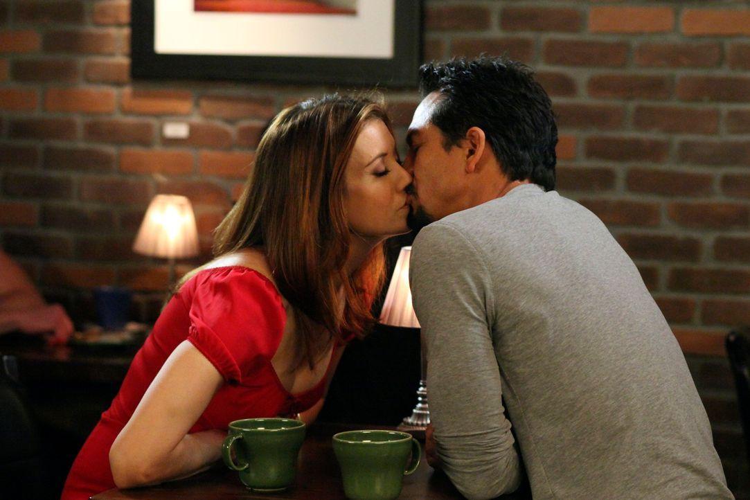 Während Pete die Beziehung zu Violet beendet, hat Addison (Kate Walsh, l.) einen neuen Verehrer (Benjamin Bratt, r.) ... - Bildquelle: ABC Studios