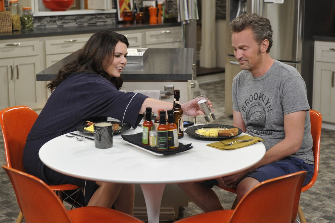 Oscar (Matthew Perry, r.) und seine Exfrau Gabby (Lauren Graham, l.) müssen feststellen, dass sie eigentlich noch ziemlich gut harmonieren ... - Bildquelle: Darren Michaels 2014 CBS Broadcasting, Inc. All Rights Reserved