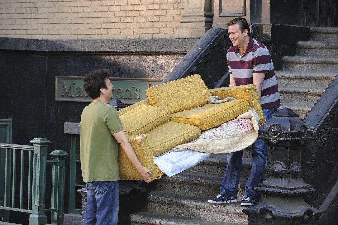Rückblende: Marshall (Jason Segel, r.) erinnert sich daran zurück, wie er gemeinsam mit Ted (Josh Radnor, l.) eine Couch entsorgt hat ... - Bildquelle: 20th Century Fox International Television