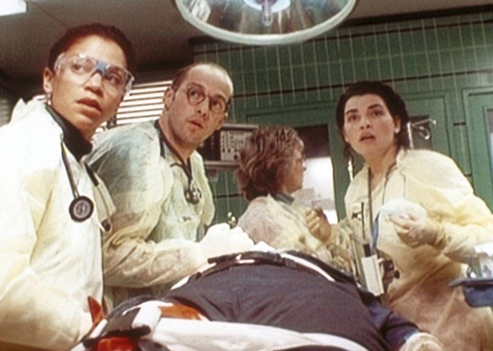 Trotz größter Anstrengung gelingt es Greene (Anthony Edwards, 2.v.l.), Jeanie (Gloria Reuben, l.) und Hathaway (Juliannna Margulies, r.) nicht, da... - Bildquelle: TM+  WARNER BROS.
