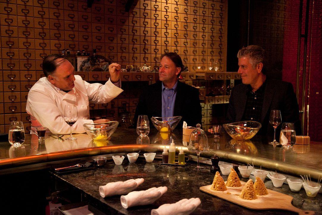 In Las Vegas trifft sich Anthony Bourdain (r.) mit seinem Kumpel Michael Ruhlman (M.), ein Mann der fast jede mögliche Klage am Hals hat, aber auch... - Bildquelle: 2014 Cable News Network, Inc. A TimeWarner Company All rights reserved