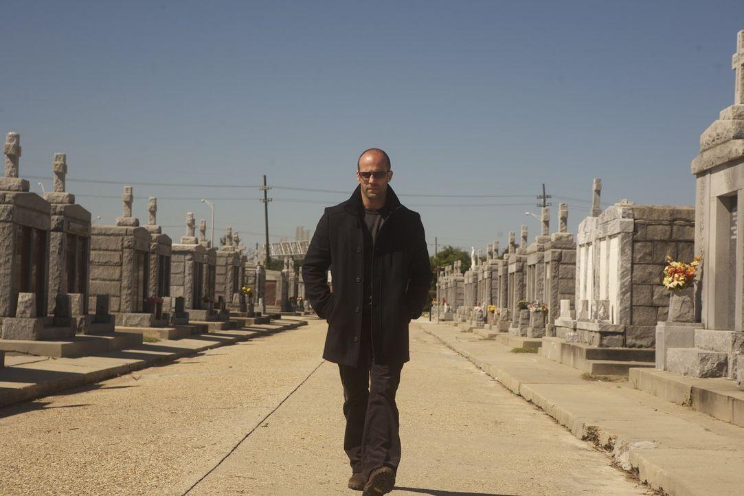 Nach der Beerdigung seines Mentors läuft Arthur (Jason Statham) dessen Sohn über den Weg, der die mörderische Tat rächen will. Notgedrungen nimmt de... - Bildquelle: 2010 SCARED PRODUCTIONS, INC.