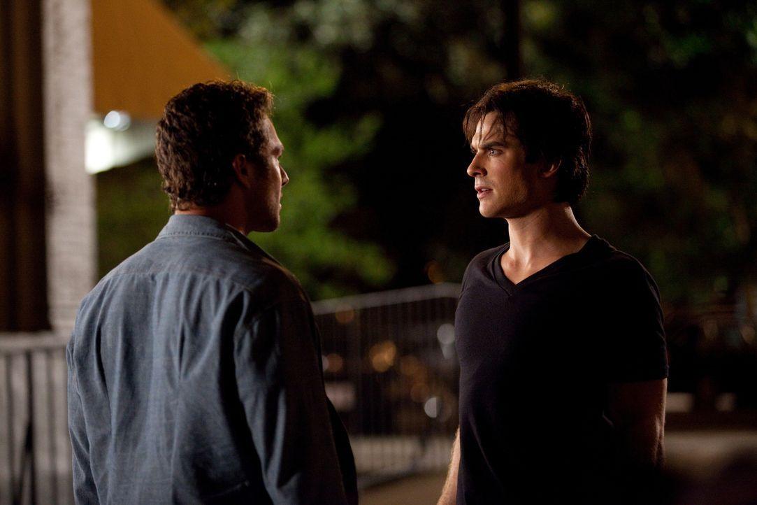 Nachdem Damons (Ian Somerhalder, r.) Versuch Mason (Taylor Kinney, l.) mit einem Silbermesser zu erstechen missglückt ist, erklärt Mason sie zu Fein... - Bildquelle: Warner Brothers