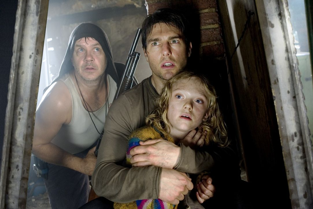 Unter Beschuss der Invasoren vom Mars: Harlan (Tim Robbins, l.), Rachel (Dakota Fanning, r.) und Ray (Tom Cruise, M.) ? - Bildquelle: 2004 Paramount Pictures All Rights Reserved.