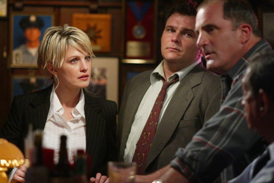 Det. Lilly Rush (Kathryn Morris, l.) ist schon sehr gespannt, was Butch Rinaldi (Steve Ryan, r.) ihr zu sagen hat ... - Bildquelle: Warner Bros. Television
