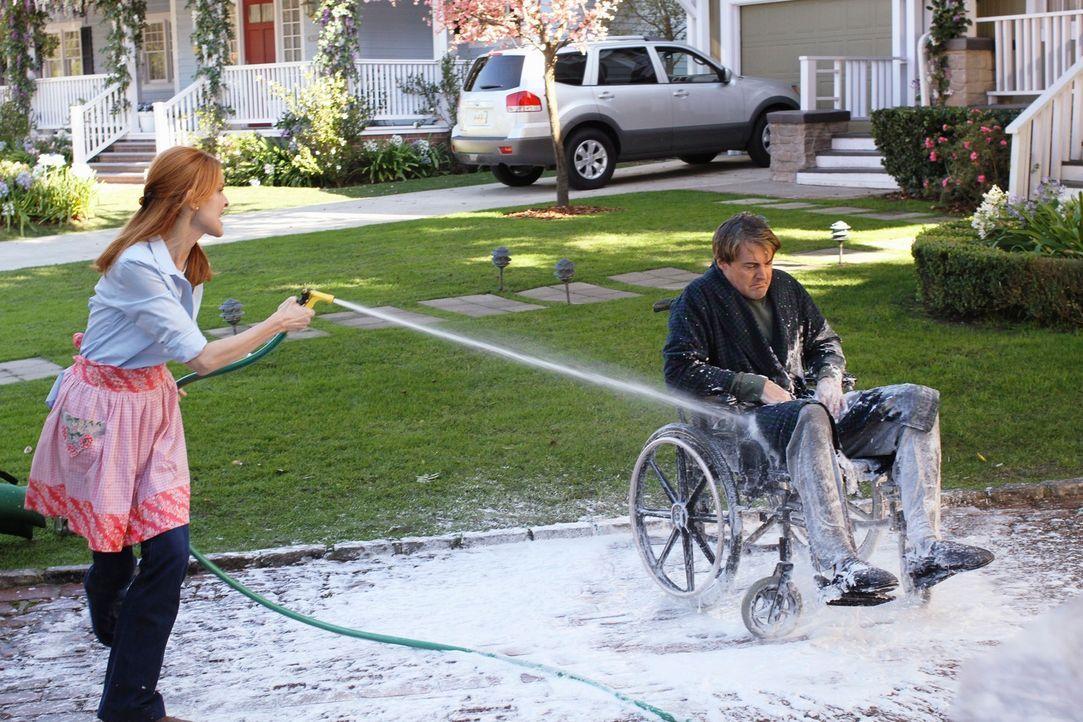 Da Orson (Kyle MacLachlan, r.) sich weigert, endlich mal wieder zu baden, obwohl er bereits stinkt, greift Bree (Marcia Cross, l.) zu drastischen Ma... - Bildquelle: ABC Studios