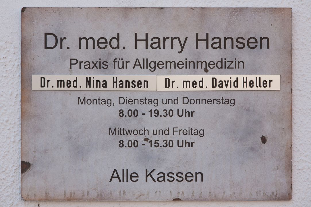 (1. Staffel) - Als der junge Schönheitschirurg Dr. David Heller vertretungsweise in der Allgemeinarztpraxis von Dr. Harry Hansen und seiner Nichte D... - Bildquelle: Conny Klein SAT.1