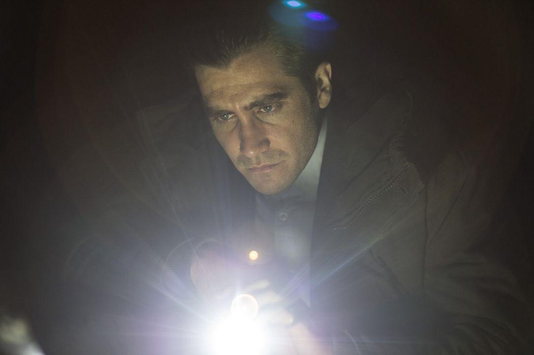 Muss nicht nur einen Kindesentführer stellen, sondern auch einen zu allem entschlossenen Vater in Schach halten: Detective Loki (Jake Gyllenhaal) ... - Bildquelle: TOBIS FILM. ALL RIGHTS RESERVED