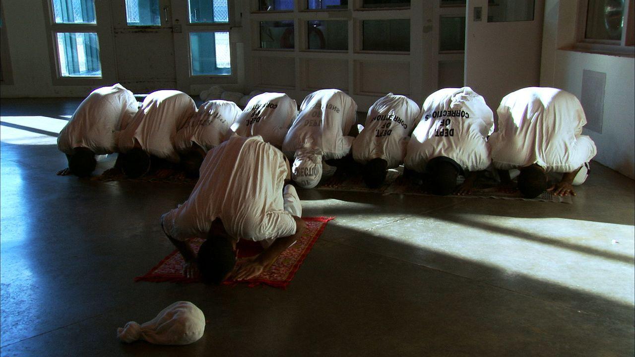 Die muslimischen Insassen des Smith State Gefängnisses beten sogar zusammen ... - Bildquelle: Ryan Hill part2pictures