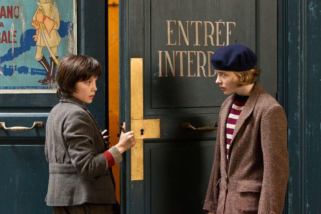 Schon bald freunden sich Hugo (Asa Butterfield, l.) und Isabelle (Chloe Moritz, r.) an. Gemeinsam machen sie sich daran, das Geheimnis von Georges M... - Bildquelle: Jaap Buitendijk 2011 GK Films.  All Rights Reserved.