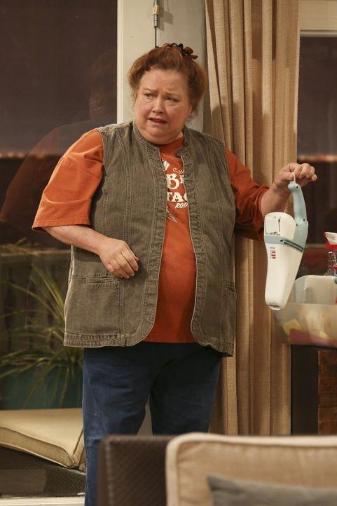 Bertha (Conchata Ferrell) ist begeistert, als sie Alans Vorschlag für den Samstagabend hört, und willigt ohne zu zögern ein ... - Bildquelle: Warner Brothers Entertainment Inc.