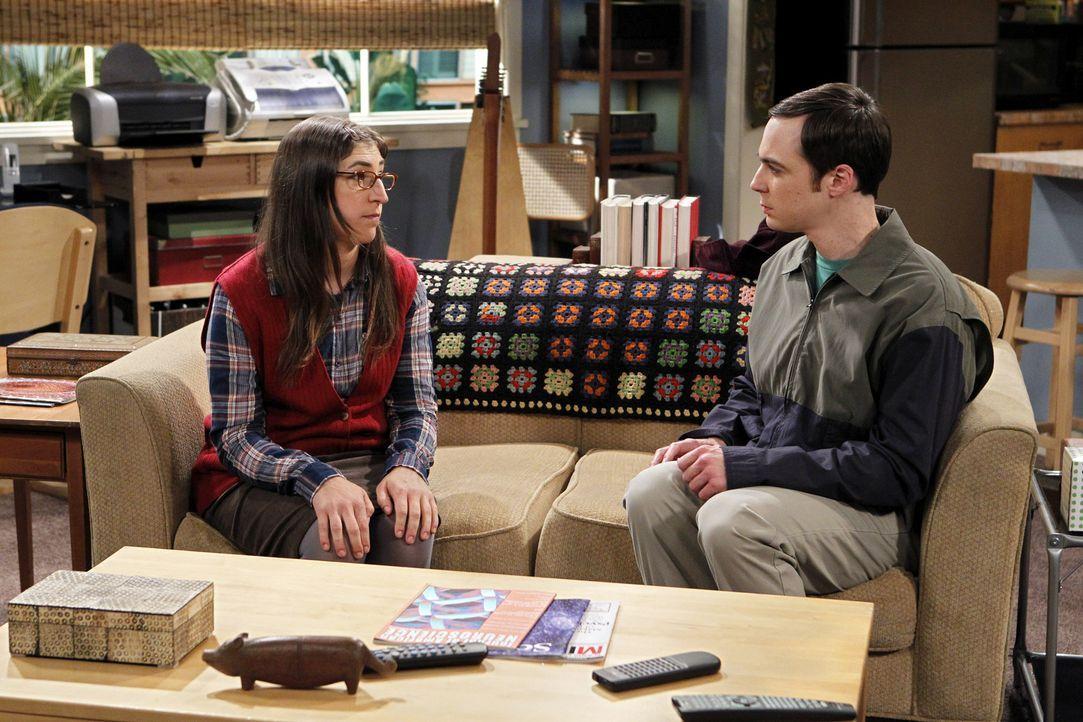 Zusammen mit Amy (Mayim Bialik, l.) besucht Sheldon (Jim Parsons, r.) eine Vorlesung des Nobelpreisträgers und ärgert sich hinterher, weil dieser... - Bildquelle: Warner Bros. Television